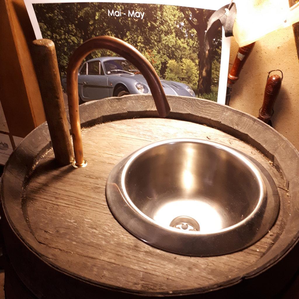 Fabriquer une fontaine à punch avec un tonneau avec tuyau de cuivre